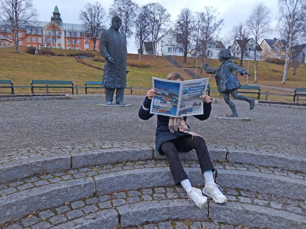 Leser avisa i parken